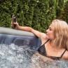 bequeme Bedienung der Wasserfesten Fernbedienung direkt im Pool
